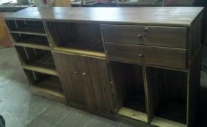 balcao de caixotes - modelo com caixotes, portas, gavetas, tampo e base - acabamento castanho - medidas 1,80m