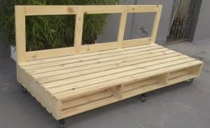 banco de pallets - modelo duplo com rodizios e encosto reto - acabamento natural