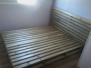cama de pallets modelo dupla , com cabeceira ripada - acabamento castanho