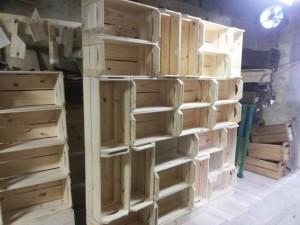 estante com caixotes tradicionais