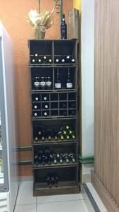 estante de caixotes com prateleiras e adega - ref. para bebidas