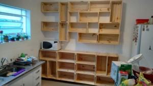 estante de caixotes e balcao para cozinha