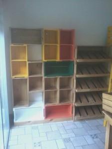 estante de caixotes - expositor com prateleiras inclinadas - projeto loja Ekos
