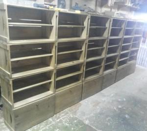 estante de caixotes - modelo com prateleiras e portas - acabamento castanho - para lojas