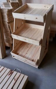 expositor modelo com caixotes inclinados