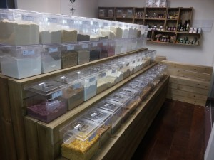 expositor modelo podium 3 niveis - projeto loja de produtos naturais ''semente e raiz'' (2)