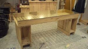 mesa de pallets com tampo de vidro - projeto loja lenner