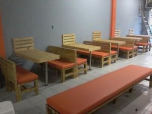 mesas de pallets com bancos de pallets - projeto hamburgueria bertolas
