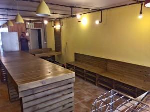 mesas e banco de pallets - projeto hamburgueria angus beef