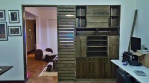painel divisor de ambientes - modelo com caixotes e pallets - acabamento castanho (2)
