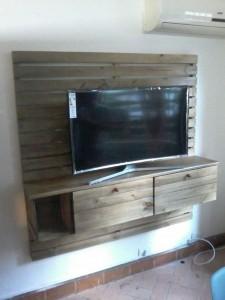 painel para TV com nichos de caixotes