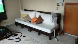 sofa de pallets com encosto e estofado - acabamento em pintura na cor preta (3)