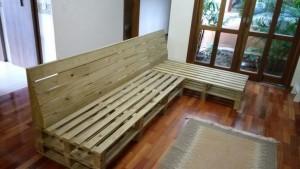 sofa de pallets com encosto inclinado - acabamento castanho (3)
