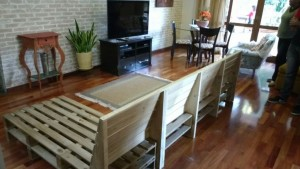 sofa de pallets com encosto inclinado - acabamento castanho