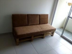 sofa de pallets com estofado
