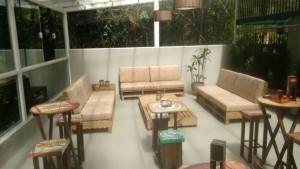 sofa de pallets com estofado - projeto loja Golden Friend Forever
