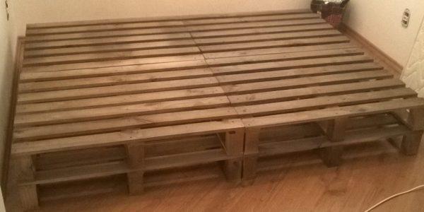 Cama de pallets duplos - acabamento castanho