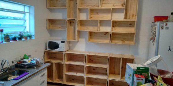 Estante modular e balcao de caixotes - Caixotes modelo P26 - Acabamento natural