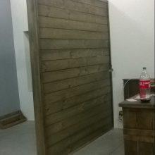 Painel de madeira para divisao de ambientes - Modelo ripado acabamento tabaco - Projeto barbearia Four Shave
