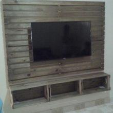 Painel ripado para TV com nichos de caixotes - Medidas 1,80 x 1,80m - Acabamento castanho