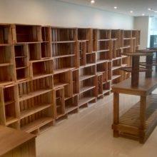 estante de caixotes e prateleiras, mesa expositor - projeto loja Golder friend forever
