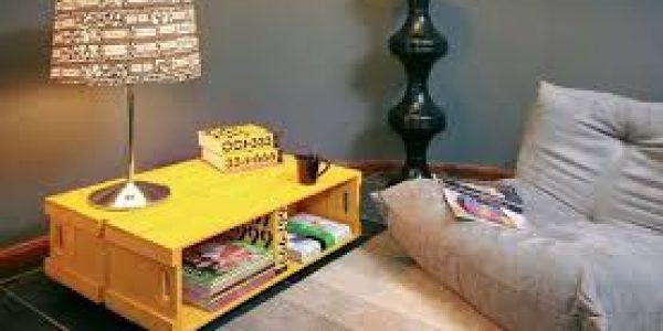 mesinha de centro de caixotes com pintura amarela
