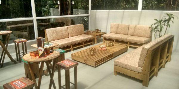sofa de pallets com estofado - projeto loja Golden Friend Forever (2)